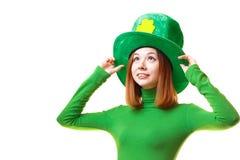 Menina vermelha do cabelo no chapéu do partido do duende do dia de St Patrick Imagens de Stock