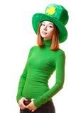 Menina vermelha do cabelo no chapéu do partido do duende do dia de St Patrick Imagem de Stock Royalty Free