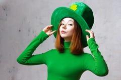 Menina vermelha do cabelo no chapéu do partido do duende do dia de St Patrick Foto de Stock Royalty Free