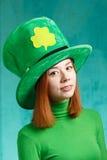 Menina vermelha do cabelo no chapéu do partido do duende do dia de St Patrick Fotos de Stock Royalty Free