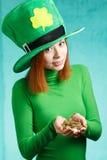 Menina vermelha do cabelo no chapéu do partido do duende do dia de St Patrick com g Foto de Stock Royalty Free