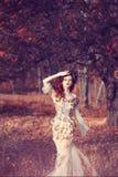 Menina vermelha do cabelo no outono Imagens de Stock Royalty Free