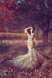 Menina vermelha do cabelo no outono Fotografia de Stock