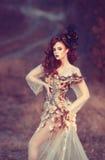 Menina vermelha do cabelo no outono Fotos de Stock
