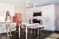 Menina vermelha do refrigerador do canto de mármore luxuoso da cozinha da tabela Fotografia de Stock