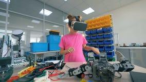 A menina veste vidros de VR, fim acima vídeos de arquivo