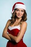 Menina vestida como Santa Claus com os braços cruzados Imagens de Stock Royalty Free