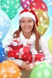 menina vestida como Santa com uma caixa de presente fotos de stock