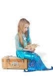 A menina vestida como a sereia senta-se na caixa com seashell Imagens de Stock Royalty Free