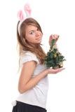 Menina vestida como um coelho com árvore de Natal Fotografia de Stock Royalty Free