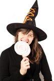 Menina vestida como uma bruxa em um fundo branco Fotos de Stock