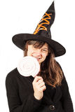 Menina vestida como uma bruxa em um fundo branco Imagem de Stock