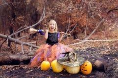 Menina vestida como uma bruxa para Dia das Bruxas Foto de Stock Royalty Free