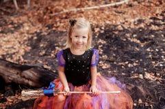 Menina vestida como uma bruxa para Dia das Bruxas Fotos de Stock Royalty Free
