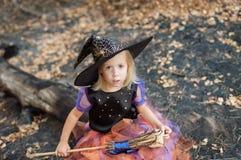 Menina vestida como uma bruxa para Dia das Bruxas Fotografia de Stock Royalty Free