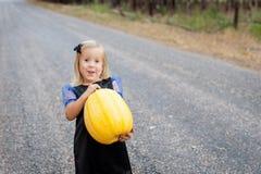Menina vestida como uma bruxa para Dia das Bruxas Imagens de Stock Royalty Free