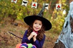 Menina vestida como uma bruxa para Dia das Bruxas Imagem de Stock Royalty Free