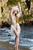 A menina vestida como uma sereia está estando na praia Imagem de Stock Royalty Free
