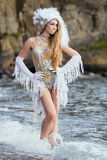 A menina vestida como uma sereia está estando na praia Fotos de Stock Royalty Free