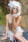 A menina vestida como uma sereia está sentando-se na praia Imagens de Stock Royalty Free