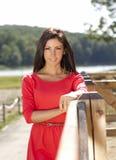 Menina vestida vermelha bonita em uma exploração agrícola Imagem de Stock Royalty Free