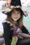 A menina vestiu-se-acima no vestido da bruxa Imagem de Stock