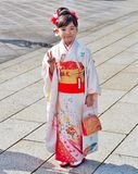 A menina vestiu-se no vestido tradicional chamado Quimono Fotografia de Stock