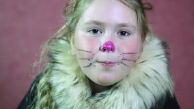 A menina vestiu uma tração do traje do gato um bigode e um nariz Close-up vídeos de arquivo