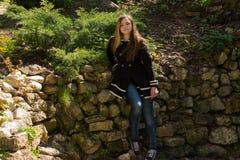 Menina Victoria no jardim Fotos de Stock
