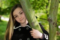 Menina Victoria no jardim Fotos de Stock Royalty Free