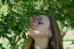 Menina Victoria no jardim Foto de Stock Royalty Free