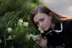 Menina Victoria no jardim Fotografia de Stock Royalty Free