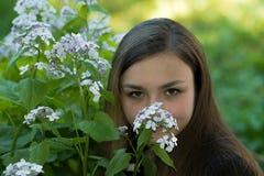 Menina Victoria no jardim Imagens de Stock Royalty Free