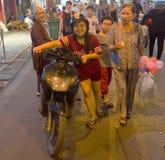 Menina vietnamiana em um 'trotinette' em Hanoi, Imagens de Stock Royalty Free