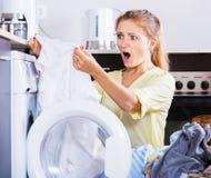 Menina virada que olha o linho após a lavanderia Foto de Stock