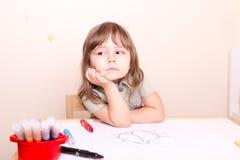 Menina virada que senta-se na mesa na escola Fotos de Stock Royalty Free