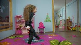 A menina voa vídeos de arquivo