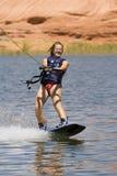 Menina Wakeboarding no lago Powe imagem de stock