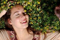 Menina/womanlaying novo no sorriso da grama Fotos de Stock Royalty Free