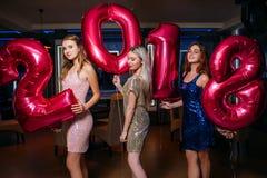 Meninas à moda bonitas no partido do ano novo 2018 fotografia de stock royalty free