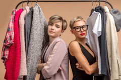 Meninas à moda bonitas seguras com os braços cruzados que fazem a compra junto imagens de stock