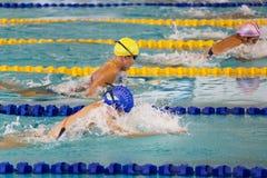 Meninas 200 dos bruços medidores de ação da natação Fotos de Stock
