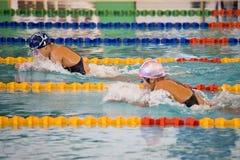 Meninas 200 dos bruços medidores de ação da natação Imagens de Stock