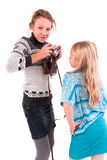 Meninas adolescentes com câmera retro em um fundo branco Fotografia de Stock