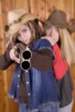 Meninas adolescentes com espingarda Fotos de Stock