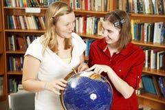Meninas adolescentes com globo imagens de stock royalty free