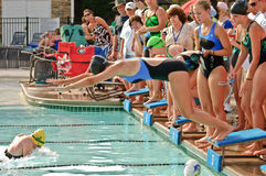 Meninas adolescentes da competição da reunião de nadada Imagens de Stock
