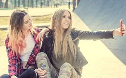 Meninas adolescentes de sorriso alegres que tomam o selfie Fotografia de Stock Royalty Free
