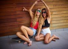 Meninas adolescentes dos melhores amigos no patim que tem o divertimento fotografia de stock royalty free