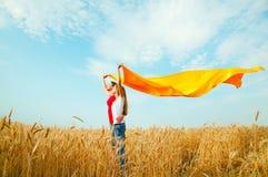Meninas adolescentes em um campo de trigo Imagens de Stock